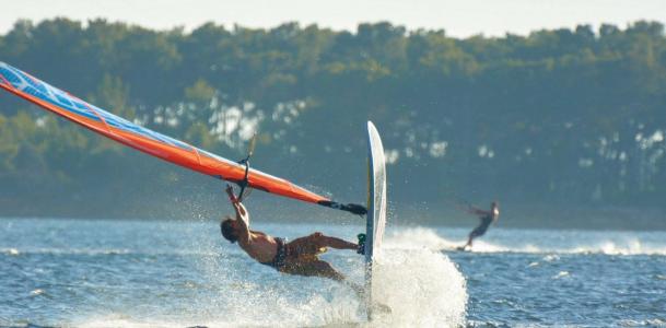 S'initier au windsurf pendant ses vacances d'été